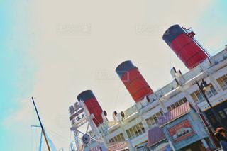 都市に凧の飛行の人々 のグループの写真・画像素材[817003]