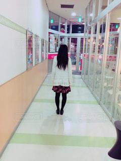 女性の後ろ姿の写真・画像素材[2657059]