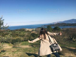 瀬戸内海の景色と女性の後姿の写真・画像素材[1112144]