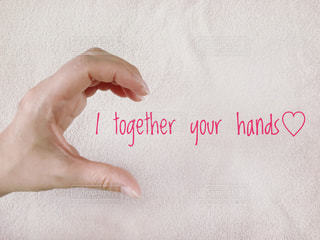 文字,ピンク,女性の手,手,指,ハート,オシャレ,英字,メッセージ,言葉,半分,インスタ映え,ハートの片割れ,手のハート