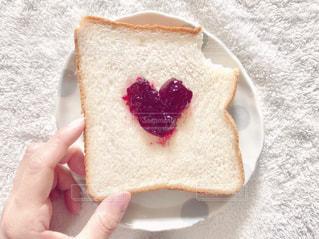 食事,朝食,ピンク,白,かわいい,手,パン,指,ふわふわ,ジャム,皿,ハート,水玉,シンプル,朝,ブレックファースト,食パン,テーブルフォト,俯瞰,ふんわり,食べかけ,ハンド,かじる,イチゴジャム,インスタ映え,フラットレイ