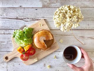 あんぱんと野菜とコーヒーの朝ごはんの写真・画像素材[1146901]