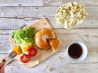 パンと野菜とコーヒーの朝ごはん。フォークを持ってるショットも。の写真・画像素材[1146910]