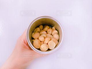 ナッツの入った缶と女性の手の写真・画像素材[1197423]