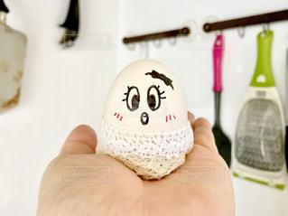 手のひらに乗せたおめかしした卵ちゃん🥚の写真・画像素材[1200199]