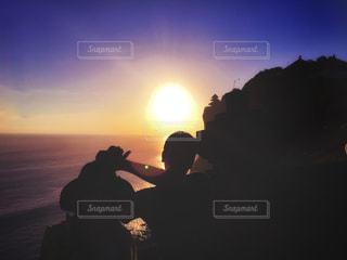 女性,男性,海,空,夕日,絶景,カップル,海外,太陽,夕焼け,景色,影,観光,人物,人,旅行,サンセット,バリ島,インドネシア,ウルワツ,フォトジェニック,ウルワツ寺院