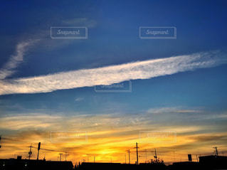 空,夕日,街並み,雲,綺麗,夕焼け,景色,影,鮮やか,電線,飛行機雲,フォトジェニック