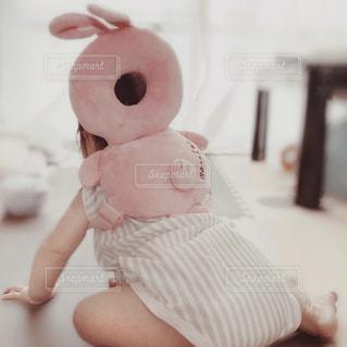 うさちゃんクッション背負った赤ちゃん♡の写真・画像素材[1272656]