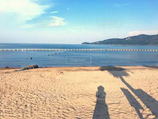 夏の海と麦わら帽子を被った女性の影の写真・画像素材[1431214]