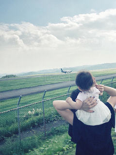 女性,空,屋外,緑,雲,親子,後ろ姿,飛行機,女の子,人物,人,空港,フェンス,赤ちゃん,幼児,ヴィンテージ,秋空,飛び立つ,見送り,行ってらっしゃい,バイバイ,フイルム風