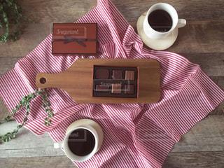 テーブルの上のコーヒー カップの写真・画像素材[1749581]