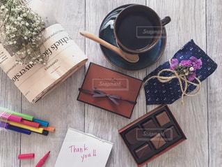 木製のテーブルにチラシのスタックの写真・画像素材[1757478]