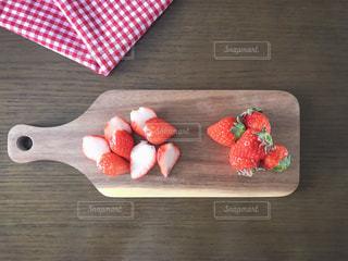 木製カッティング ボード と苺の写真・画像素材[1764009]