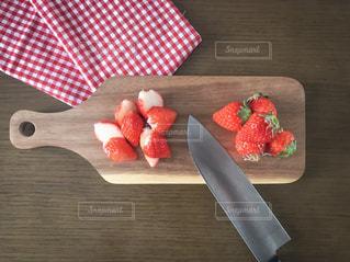 木製カッティングボードと苺と包丁の写真・画像素材[1764146]
