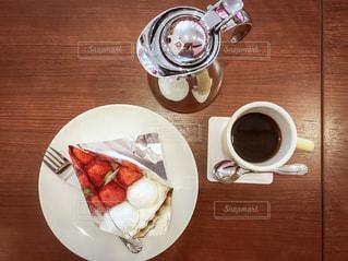 テーブルの上に食べ物のプレートの写真・画像素材[1768206]