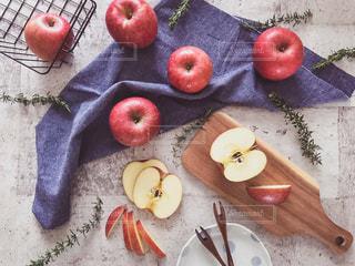 テーブルの上にスライスしたリンゴの写真・画像素材[1791213]