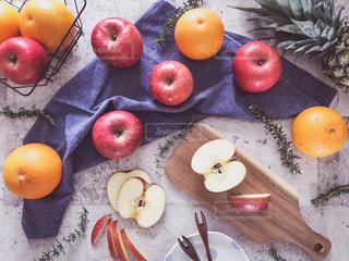 新鮮なフルーツがたくさんトッピング テーブルの写真・画像素材[1791226]