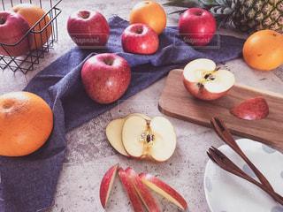 テーブルの上のオレンジのグループの写真・画像素材[1791229]