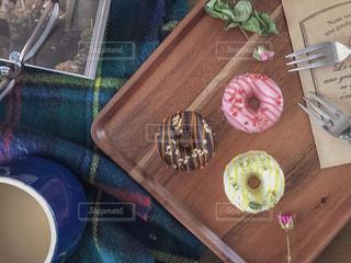 コーヒー,ドライフラワー,眼鏡,薔薇,フォーク,雑誌,チョコレート,カフェラテ,バレンタイン,コーヒータイム,テーブルフォト,ドーナツ,俯瞰,デコレーション,バレンタインデー,置き画,ブランケット,封筒,ウッドトレイ,ドーナツチョコレート