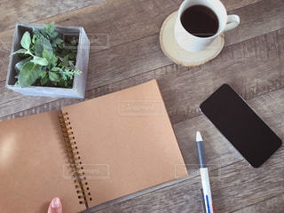 テーブルの上のコーヒー カップの写真・画像素材[1803027]