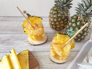 パイナップルとバナナのテーブルの上の写真・画像素材[1824245]