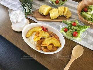 パイナップルカレーとサラダの写真・画像素材[1828250]