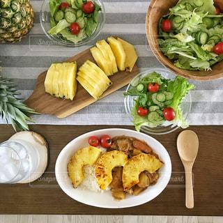 パイナップルカレーとサラダの写真・画像素材[1828276]
