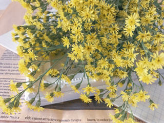 花,春,花束,黄色,ノート,新聞,アップ,英字新聞,幸せ,イエロー,小花,フォトフレーム,置き画,イメージ,インスタ映え