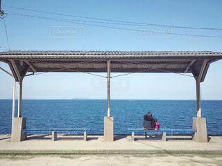 下灘駅のベンチで海を眺める親子の写真・画像素材[1852203]