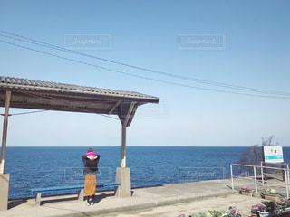 下灘駅で肩車で海を眺める親子の写真・画像素材[1852206]