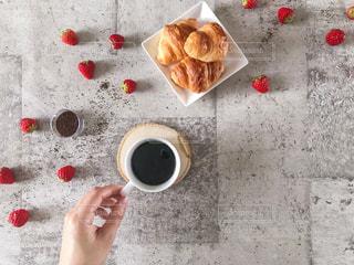 コーヒーとパンとイチゴの写真・画像素材[1878323]
