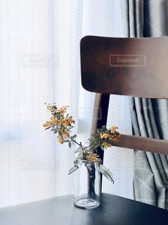 窓際に置いた椅子とミモザの写真・画像素材[2167330]