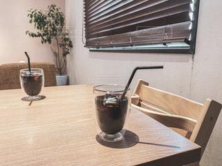 木製のテーブルの上に座っている花瓶の写真・画像素材[2301997]