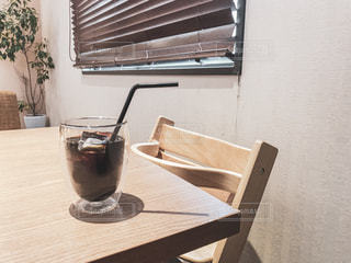 テーブルの上に座っている花瓶の写真・画像素材[2302011]