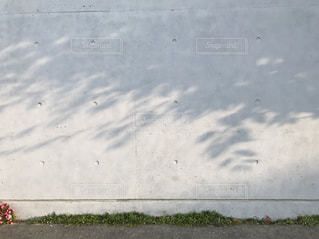 雨の中を歩く人々のグループの写真・画像素材[2302022]