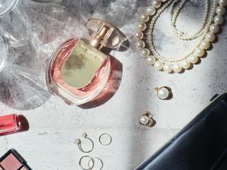 テーブルの上のサングラスのクローズアップの写真・画像素材[2364905]