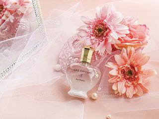 テーブルの上のピンクの花の写真・画像素材[2367015]