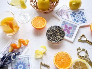 テーブルの上にオレンジのボウルの写真・画像素材[3099515]