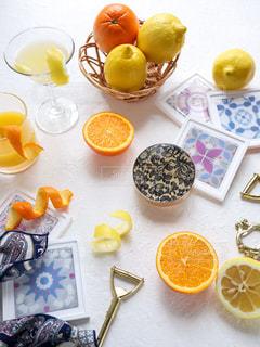 テーブルの上のオレンジのグループの写真・画像素材[3099520]