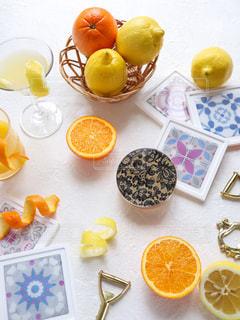 テーブルの上にオレンジのボウルその写真・画像素材[3099518]