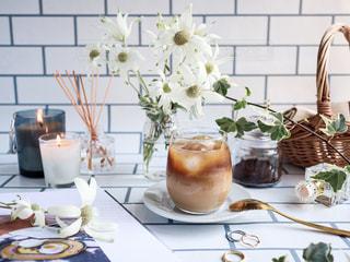 テーブルに花瓶をトッピングした白い皿の写真・画像素材[3105993]