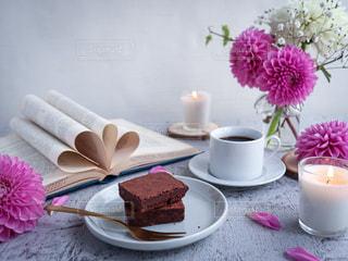 テーブルの上にピンクの花で満たされた花瓶の写真・画像素材[3309713]