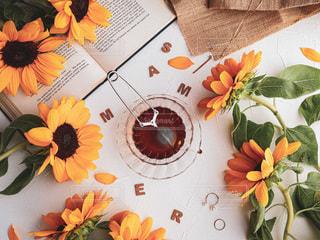 テーブルの上に花の花瓶の写真・画像素材[3546980]