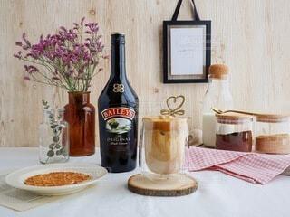 食べ物の皿とテーブルの上のボトルの写真・画像素材[3618709]