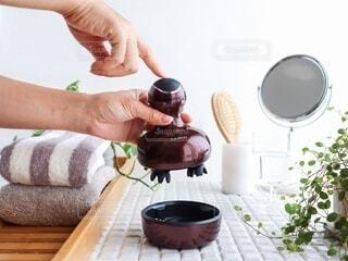 食べ物のボウルを持っている人の写真・画像素材[3628273]
