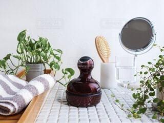 テーブルの上に花の花瓶の写真・画像素材[3628277]