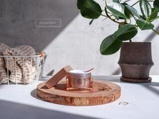 テーブルの上に座っている花の花瓶の写真・画像素材[3720482]