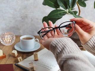 コーヒーを一杯持っている人のクローズアップの写真・画像素材[3748626]