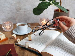 コーヒーを飲みながらテーブルに座っている人の写真・画像素材[3748628]
