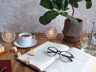 テーブルの上にコーヒーを一杯入れるの写真・画像素材[3748627]